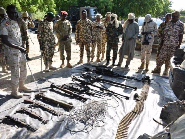 Soldados de Nigeria muestran armamento incautado a Boko Haram