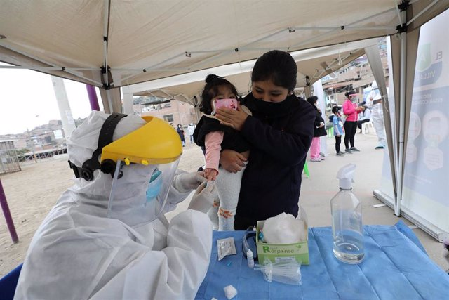 Personal médico extrae sangre a una niña peruana para realizarle la prueba de la COVID-19 en distrito de Lima de Villa El Salavador.