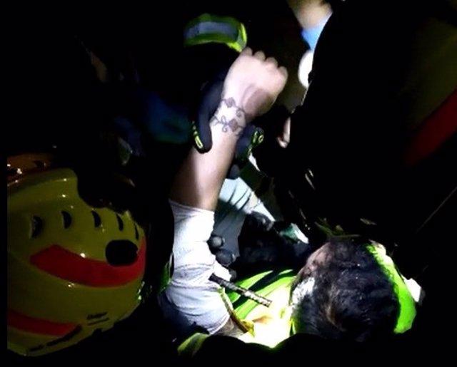 El hombre herido tras caer accidentalmente a una zanja de una obra y clavarse una gravilla metálica en el brazo en Málaga capital