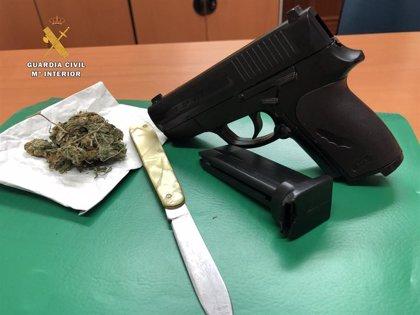 Detenido un joven de 34 años de Logroño por portar en su vehículo un arma corta simulada, un arma blanca y marihuana