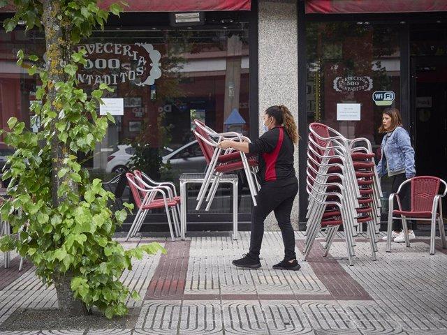 Una camarera prepara la terraza de una Cervecería 100 Montaditos durante el tercer día de la entrada de Navarra en la fase 3 de la desescalada instaurada por el Gobierno a consecuencia del coronavirus. En Pamplona, Navarra (España), a 10 de junio de 2020.