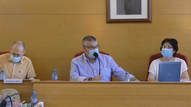 El alcalde de Guadix, Jesús Lorente, informa de casos de coronavirus, en una imagen tomada de un vídeo del Pleno extraordinario celebrado este viernes