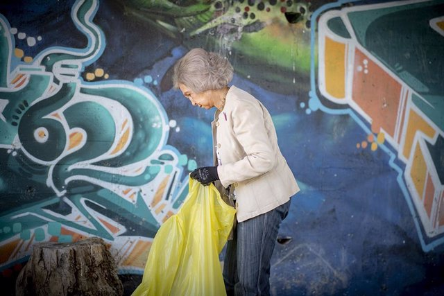 La Reina Sofía durante su participación en 2019 en la campaña 1m2 por la naturaleza del Proyecto Libera de Ecoembes y Seo/BirdLife. La Fundación Reina Sofía apoya a Proyecto Libera en la lucha contra el abandono de 'basuraleza' en el medio ambiente.