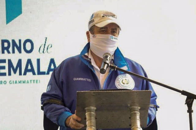El presidente de Guatemala, Alejandro Giammattei, con mascarilla por la pandemia de coronavirus
