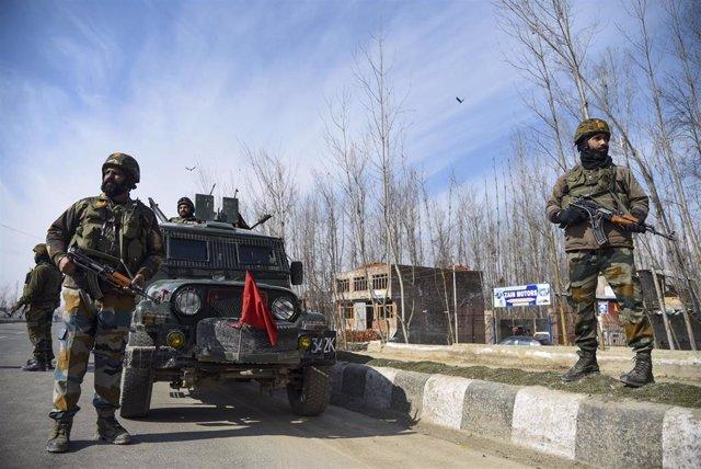 Fuerzas de seguridad indias desplegadas en una operación en la Cachemira india