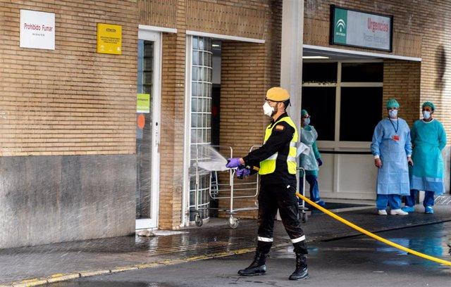 Miembros de la UME en  labores de desinfección en Hospital Virgen del Rocio de Sevilla.