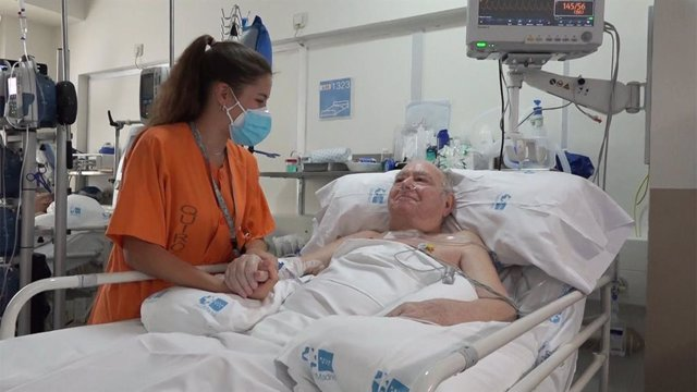 Imagen de Pedro, el paciente con Covid-19 que más tiempo ha estado en la UCI, junto a una enfermera del Hospital Gregorio Marañón.