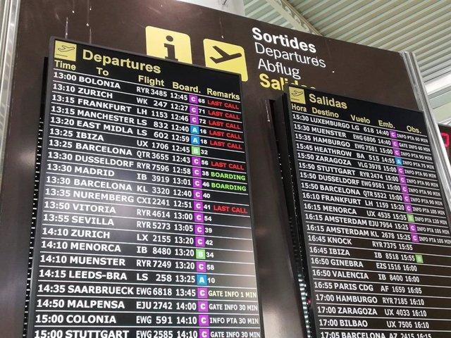 Pantallas con información sobre vuelos en el aeropuerto de Palma, este julio.