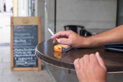 El Ministerio de Sanidad prohíbe fumar en la calle y cierra las discotecas ante el avance del COVID-19