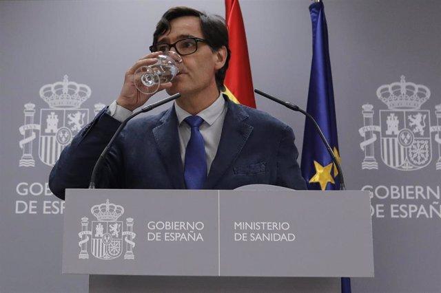 El ministro de Sanidad, Salvador Illa, bebe agua durante su comparecencia en rueda de prensa. En Madrid, (España), a 14 de agosto de 2020.