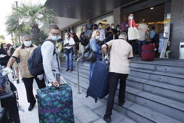 Turistas alemanes llegando a su hotel en el primer día del proyecto piloto de reapertura del turismo en Baleares.