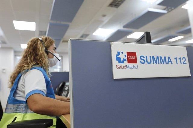 Una empleada atiende el teléfono en su puesto de trabajo de las instalaciones de la sede del SUMMA 112