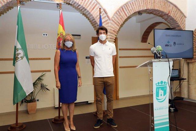 La alcaldesa de Marbella, Ángeles Muñoz, junto al representante de Olocip, Esteban Granero