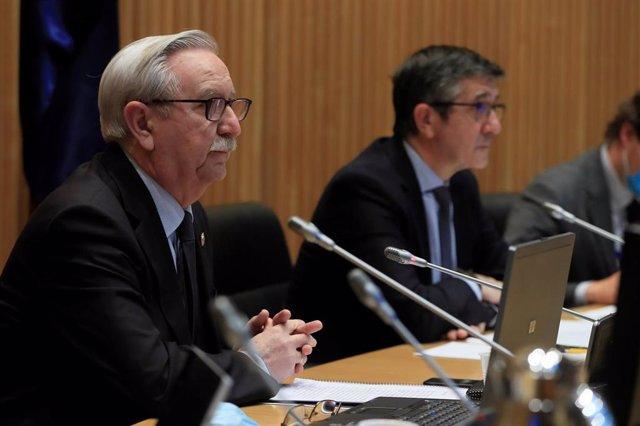 El presidente de la Comisión para la Reconstrucción Social y Económica del Congreso, Patxi López (d), junto al representante de la Organización Médica Colegial, Serafín Romero, en Madrid (España), a 2 de junio de 2020.