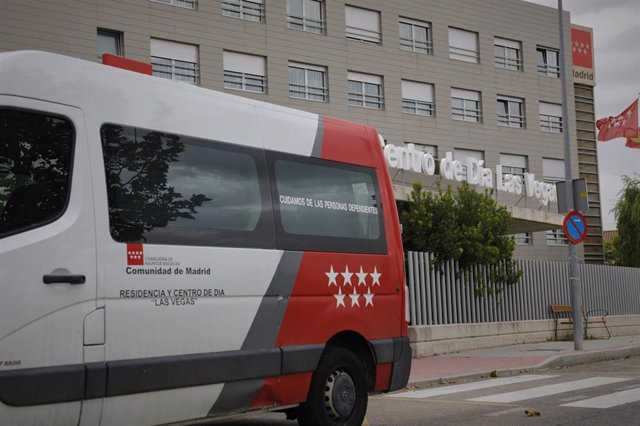 """Vehículo de la Residencia """"Las Vegas"""" en Ciempozuelos junto a la entrada a las instalaciones del centro que hasta ahora estaba libre de Covid-19 ."""