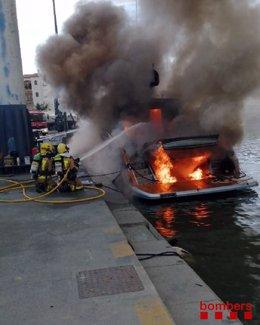 Incendi en una embarcació en el port d'Empuriabrava (Girona), el 14 d'agost de 2020.