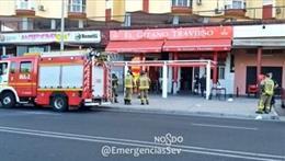 Intervención de los bomberos por el incendio de la cocina de un bar en Sevilla