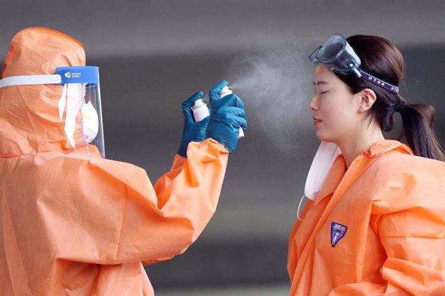Dos trabajadores a la salida de un hospital en Corea del Sur.