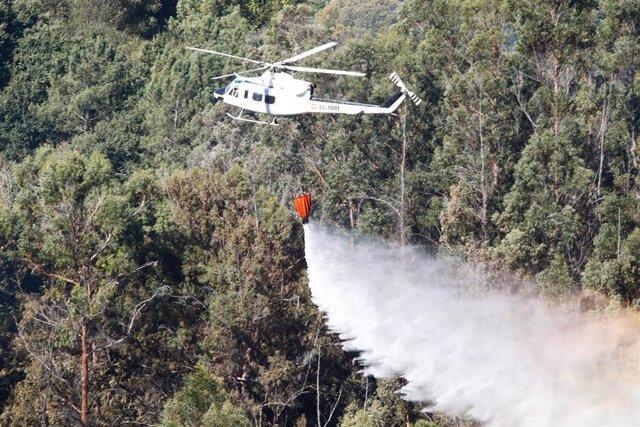 Un helicóptero en el incendio forestal de Mondariz (Pontevedra)