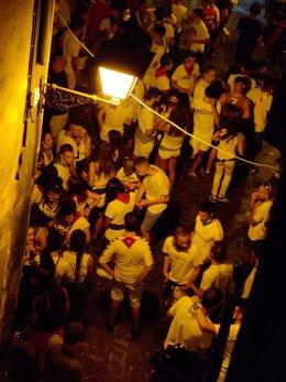 Aglomeración de gente en la calle por las 'no fiestas' de Tafalla
