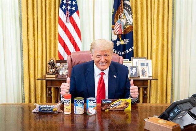 El presidente de Estados Unidos, Donald Trump, posa en la Casa Blanca con productos de Goya Foods.