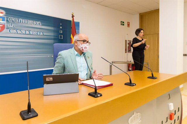 El consejero de Sanidad de Cantabria, Miguel Rodríguez, en rueda de prensa (archivo)