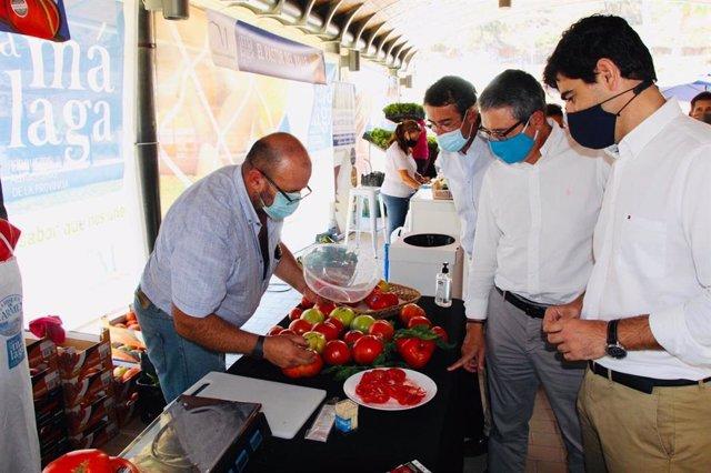 El presidente de la Diputación, Francisco Salado, junto al delegado de Agricultura, Fernando Fernández; y el alcalde de Coín, Francisco Santos, visitan el mercado Sabor a Málaga Huevo de Toro.