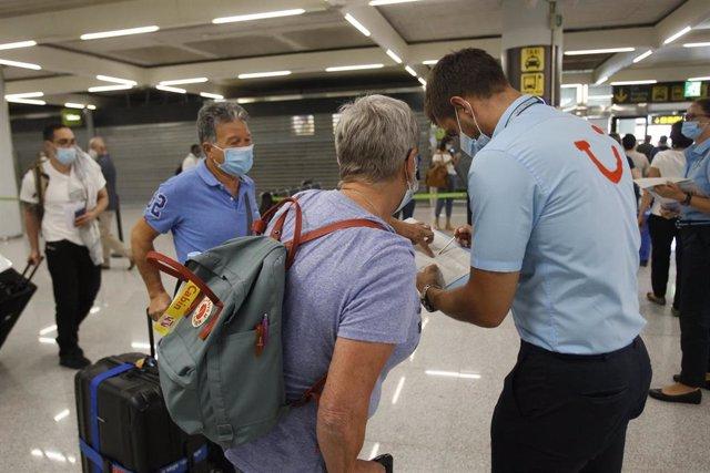 Viajeros procedentes de Alemania llegan al Aeropuerto de Palma de Mallorca el día en el que arranca en Baleares el plan piloto para la reapertura del turismo. El plan tiene previsto la llegada de hasta 10.900 turistas procedentes de Alemania y permite a B
