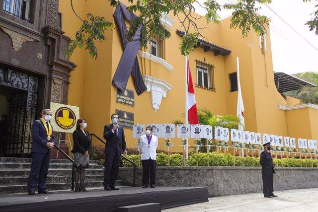 Memorial en honor a los médicos fallecidos en Perú por el coronavirus.