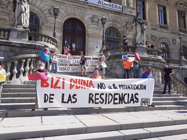 Pensionistas frente al Ayuntamiento de Bilbao