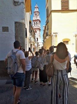 Unos turistas realizan fotografías en las calles de la localidad sevillana de Écija, en una imagen de archivo.