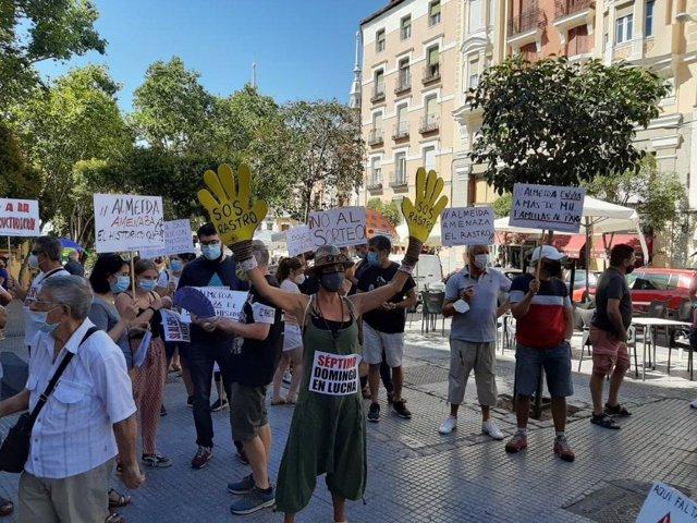 Comerciantes y vendedores ambulantes del Rastro de Madrid se manfiestan en la plaza de Cascorro para reivindicar la reapertura del tradicional mercadillo al 50 por ciento de los puestos, de forma alternativa y en sus ubicaciones habituales.