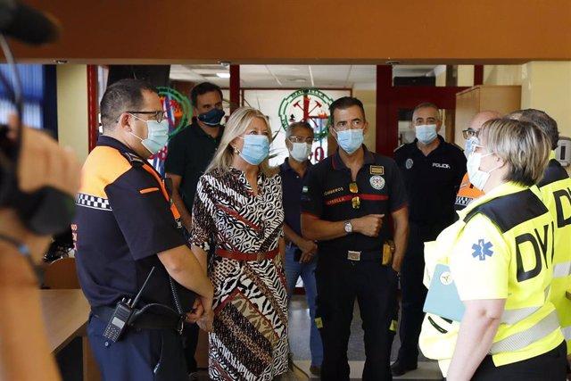 La alcaldesa de Marbella, Ángeles Muñoz, se reúne con efectivos de Policía Local, Bomberos, Protección Civil y DYA