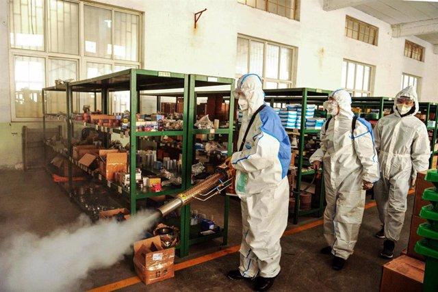 Un grupo de trabajadores de los servicios de salud desinfectan una de las áreas administrativas de la provincia de Shandong, en el este de China.