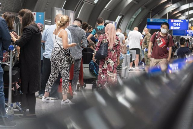 15 August 2020, Hessen, Frankfurt_Main: Passengers wait in a long queue at Frankfurt Airport for a free coronavirus test amid the rising of COVID-19 cases returning from Spain. Photo: Frank Rumpenhorst/dpa