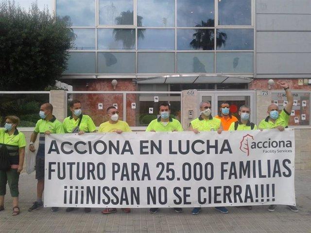 Trabajadores de Acciona subcontratados por Nissan protestan recientemente contra el cierre de la automovilística