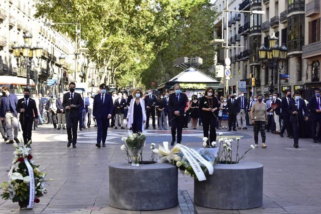El presidente de la Generalitat, Quim Torra; la alcaldesa de Barcelona, Ada Colau; el ministro de Sanidad, Salvador Illa, y la presidenta del Congreso, Meritxell Batet, han guardado este lunes un minuto de silencio en homenaje a las víctimas del 17A