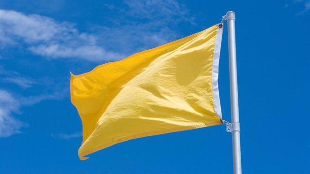 Bandera amarilla, que indica precaución en el baño