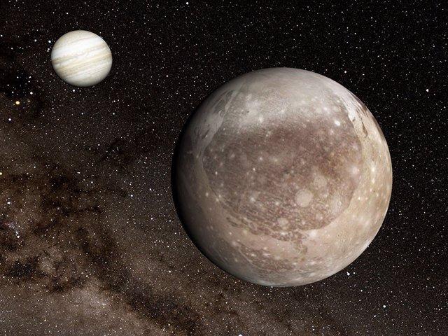 Ganímedes en primer plano, con Júpiter al fondo