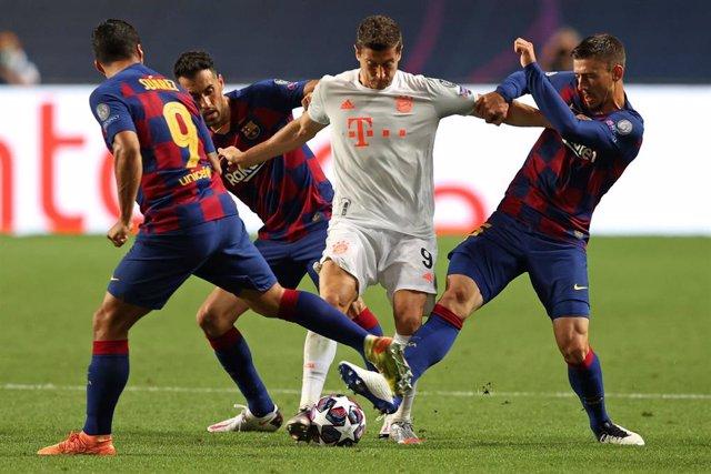 Robert Lewandowski trata de zafarse de los jugadores del Barça Luis Suárez, Sergio Busquets y Clément Lenglet durante la victoria del Bayern de Munich 2-8 frente al FC Barcelona en los cuartos de final de la Champions League