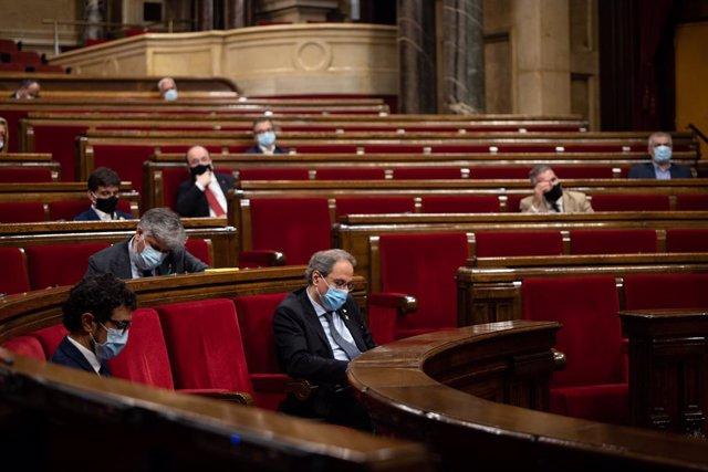 """El president de la Generalitat, Quim Torra, durant un ple extraordinari que va sol·licitar en el Parlament de Catalunya per debatre sobre """"la situació política creada per la crisi de la monarquia espanyola"""" després de la marxa del Rei emèrit d'Espanya."""
