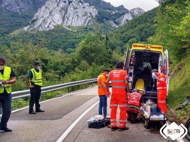 Un motorista es atendido por los servicios sanitarios tras sufrir un accidente en Riaño, León.