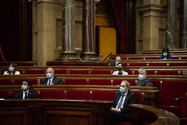 (I-D, primera i segona fila) El conseller de Polítiques Digitals i Administracions Públiques de Catalunya, Jordi Puigneró; el diputat de JxCat Eduard Pujol; el president de la Generalitat, Quim Torra; i el líder de JxCat en el Parlament, Albert Batet, d