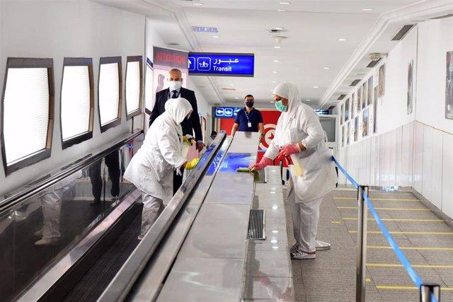 Dos trabajadoras realizan labores de desinfección en el Aeropuerto Internacional de Túnez-Cartago en el marco de la crisis sanitaria provocada por la COVID-19