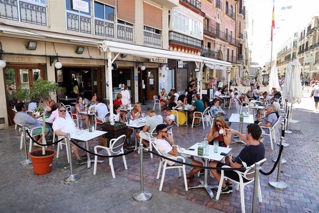 Ambiente en las terrazas de los bares durante el primer día de la prohibición de realizarlo en la vía pública en Andalucía si no existe una distancia de dos metros. En Málaga,(Andalucía, España), a 17 de agosto de 2020.