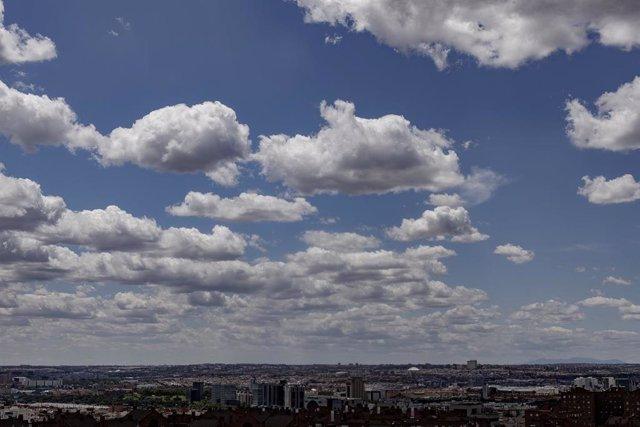 Vista del cielo de Madrid, una vez que el desconfinamiento durante la desescalada instaurada por el Gobierno a causa del coronavirus ha provocado un aumento del tráfico de vehículos de combustión. En Madrid (España), a 9 de junio de 2020.