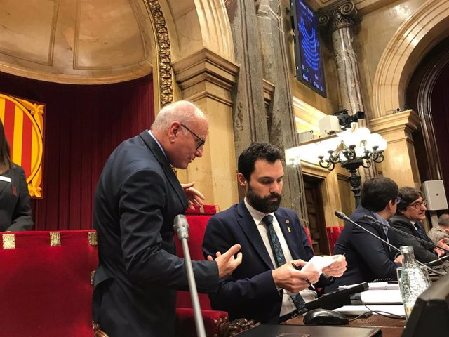El president del Parlament, Roger Torrent, assistit pel secretari general de la Càmera, Xavier Muro (ARXIU).