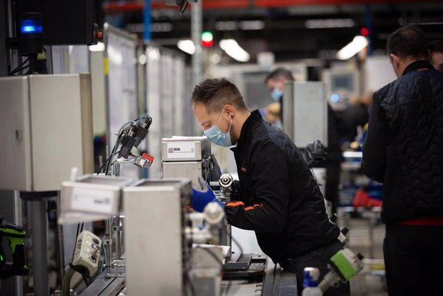 Diversos operaris treballen en la cadena de producció i muntatge, a Martorell/Barcelona/Catalunya (Espanya) a 7 d'abril de 2020.