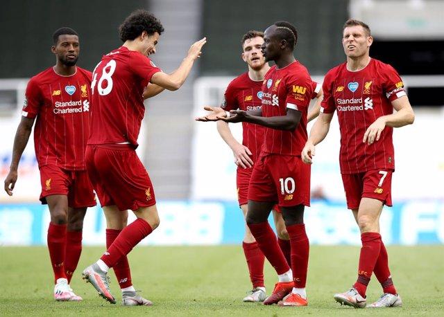 Fútbol.- El Liverpool detecta un positivo por Covid-19 durante su concentración