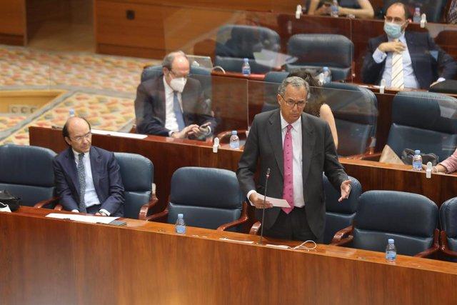 El consejero de Educación de la Comunidad de Madrid, Enrique Ossorio (2i), responde a una pregunta en la Asamblea de Madrid durante la sesión de control al Gobierno, a 2 de julio de 2020.